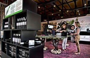 En su vista a las bodegas el viajero puede degustar y comprar sus excelentes vinos.