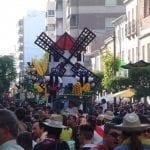 En la Cabalgata de Carrozas participan entorno a 60 carrozas y sobre 3000 personas.